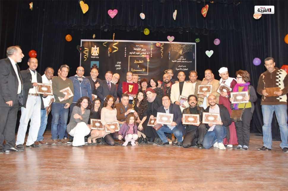 بمصر: وزيرة الثقافة تكرم نجوم الطوق والاسورة في المسرح القومي