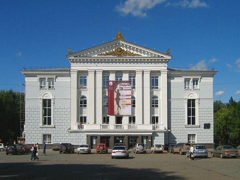 مسرح روسي يطبق التباعد الاجتماعي لأقصى درجة ويسمح لشخص واحد بحضور حفلته